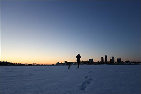 一面雪の多摩川河川敷に一番乗りです。