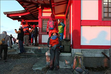 風が強くて物凄く寒いので、神社の陰に避難中。