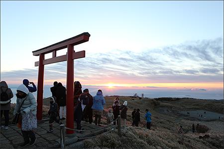 箱根神社奥社から、鳥居越しの初日の出。