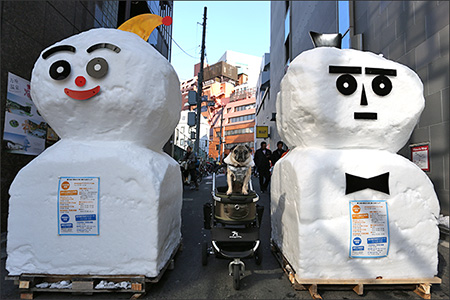 広場へつづく路地には巨大雪だるまが2体。いい顔してます。