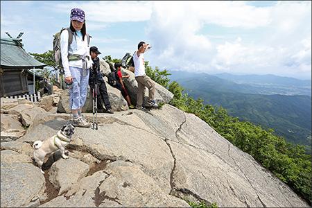 山頂の岩場からの景色は一見の価値ありです。